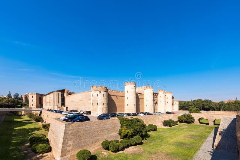 ZARAGOZA SPANIEN - SEPTEMBER 27, 2017: Sikt av slotten Aljaferia som byggs i det 11th århundradet Kopiera utrymme för text fotografering för bildbyråer