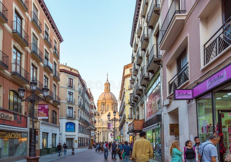 ZARAGOZA SPANIEN - SEPTEMBER 27, 2017: Sikt av stadsgatan Kopiera utrymme för text arkivbild