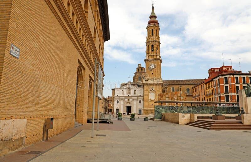 ZARAGOZA, SPANJE - JULI 1, 2019: Kathedraal van de Verlosser van Zaragoza in Plaza del Pilar vierkant, Spanje stock afbeeldingen