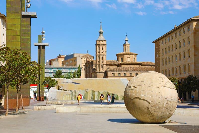 ZARAGOZA, SPANJE - JULI 1, 2019: Plaza del Pilar vierkant met cityscape van Zaragoza royalty-vrije stock foto's