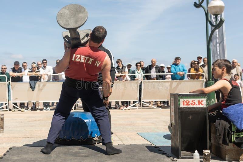 """Zarauz, Guipuzciioa/Spanje †""""12 Mei 2019: De Baskische landelijke sporten van het land Harrijasotzaile, steen die met kind het  stock afbeeldingen"""
