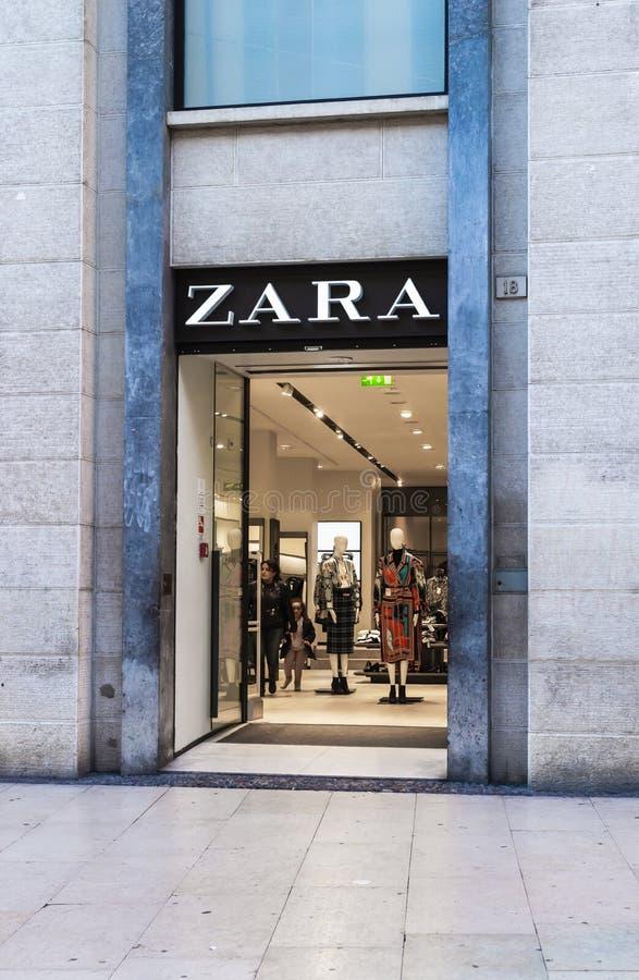 Zarawinkel via Mazzini Het is Spaanse die kleding en toebehorendetailhandelaar in Arteixo, Galicië wordt gebaseerd, in 1975 door  royalty-vrije stock foto's