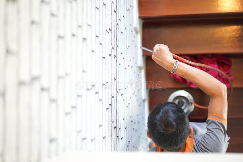 Zaraza termitów kontrolne usługi które termitów znaki wśrodku go na drewnianym schodku w nowym domu ostrość na personel ręce obraz royalty free