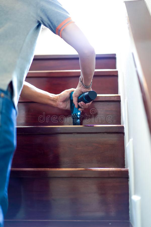Zaraza termitów kontrolne usługi które termitów znaki wśrodku go na drewnianym schodku w nowym domu ostrość na personel ręce obrazy royalty free