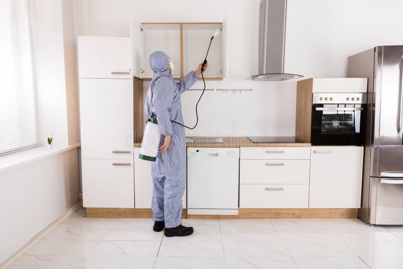 Zarazy kontrola pracownika opryskiwania pestycyd Na półce zdjęcia stock