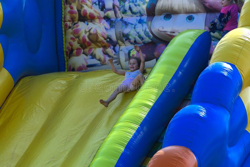 Zarechany, Ucraina - 10 giugno 2018 Gioco di bambini su un inflatab fotografie stock libere da diritti