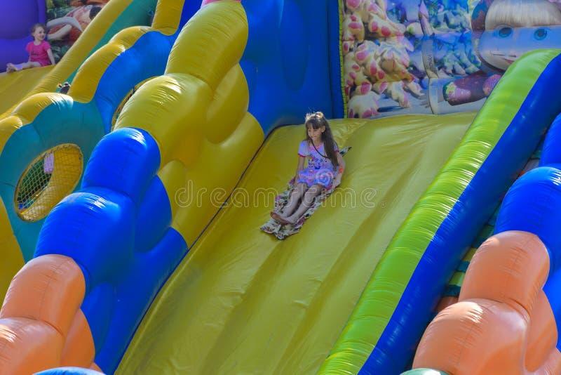 Zarechany, Ucraina - 10 giugno 2018 Gioco di bambini su un inflatab fotografia stock