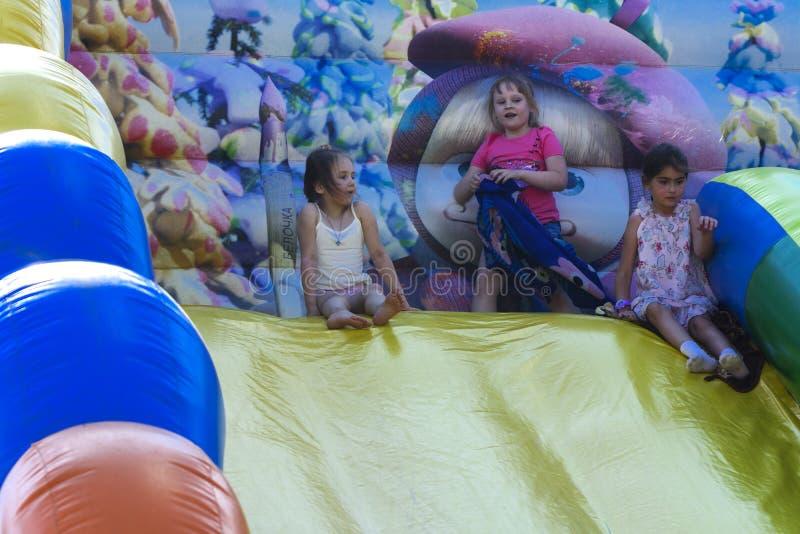 Zarechany, Ucraina - 10 giugno 2018 Gioco di bambini su un inflatab fotografie stock