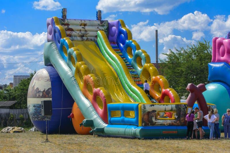 Zarechany, Ucraina - 10 giugno 2018 Gioco di bambini su un inflatab immagini stock