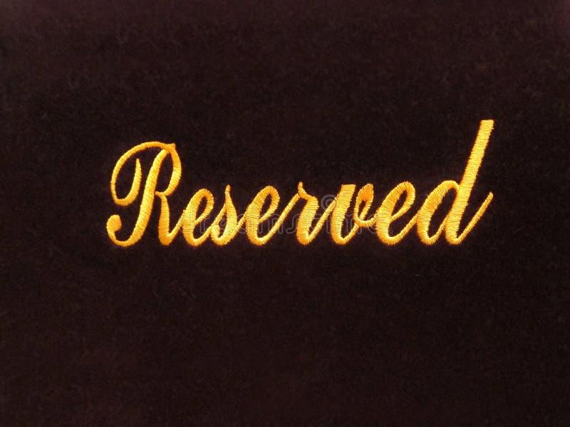 Zarezewowany znak na ciemnym tła, rezerwaci pojęciu w restauraci/ obrazy stock