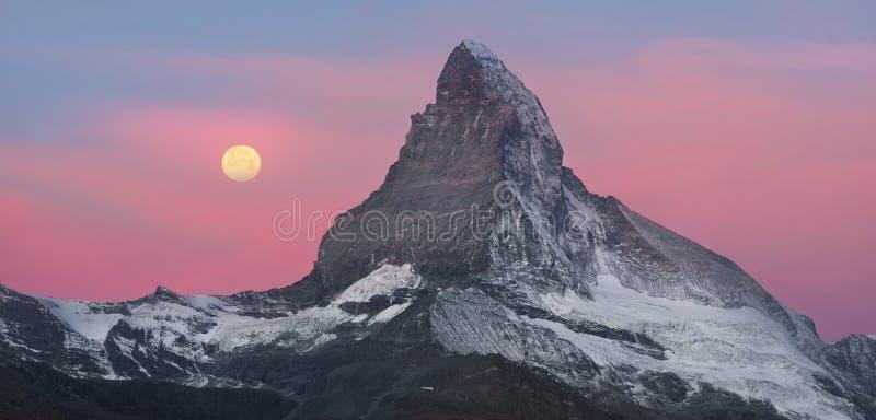 Zarmatt手段的秋天倾斜是一个地方地标和一个明亮的美好的风景与著名马塔角峰顶 免版税库存图片