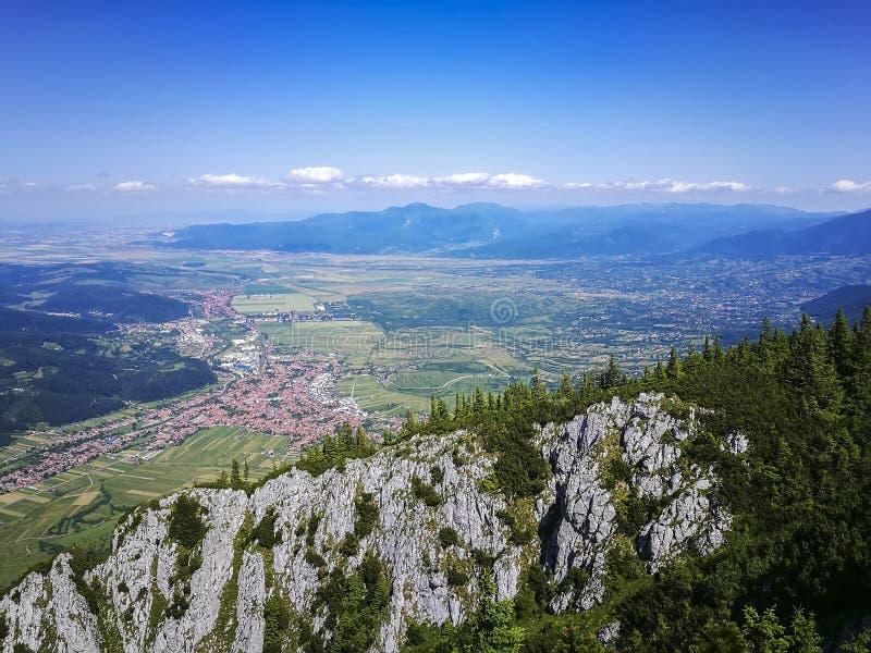Zarnesti stad från Piatra Craiului berg, Rumänien royaltyfri bild