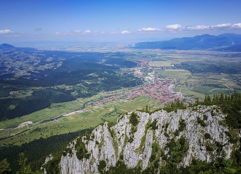 Zarnesti stad från Piatra Craiului berg, Rumänien royaltyfria bilder