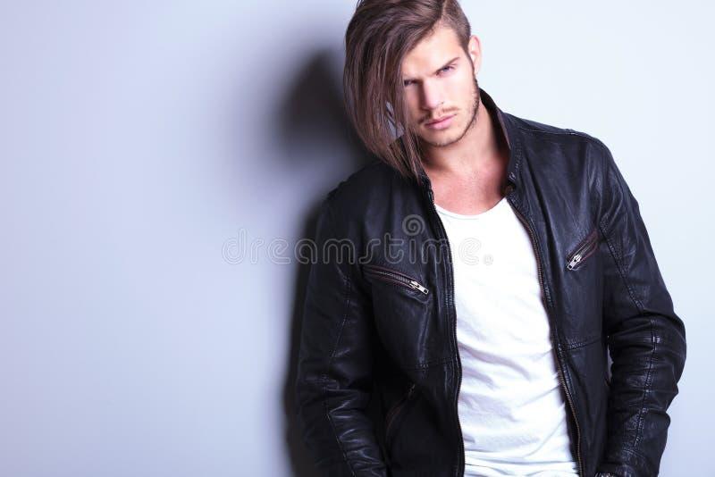 Zarośnięty młody moda model w skórzanej kurtce zdjęcia royalty free