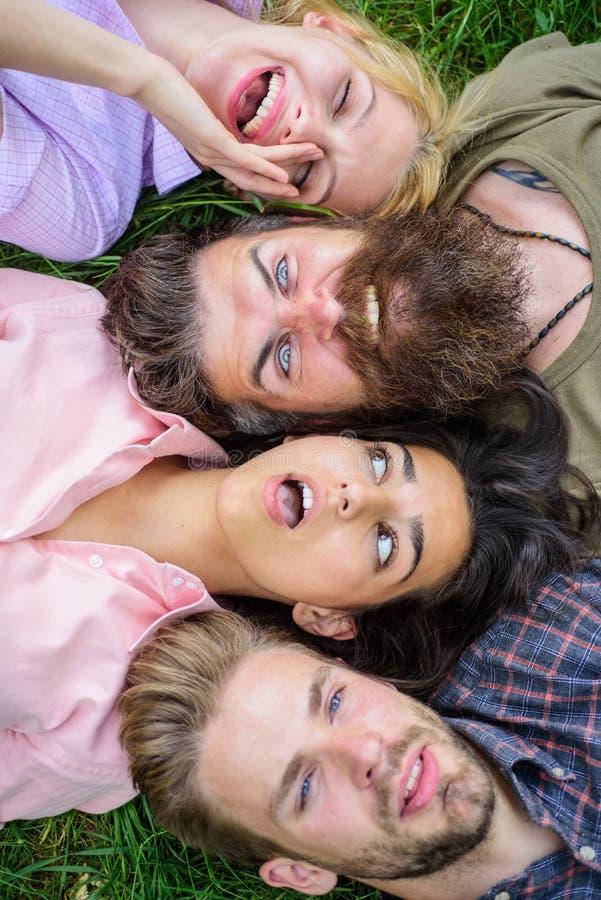 Zarte blonde oder grobe Hippie-Freunde sind auf der gleichen Welle Sie sind verschiedene aber beste Freunde Jugendmann- und -frau lizenzfreie stockbilder