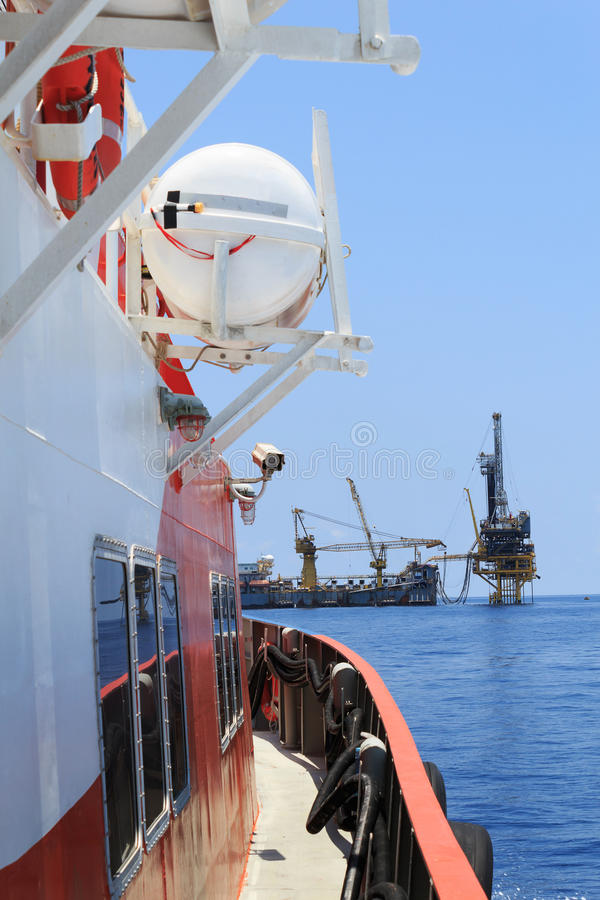Zarte Bohröl-Anlage (Lastkahn-Ölplattform) auf der Produktion Platfo lizenzfreies stockfoto