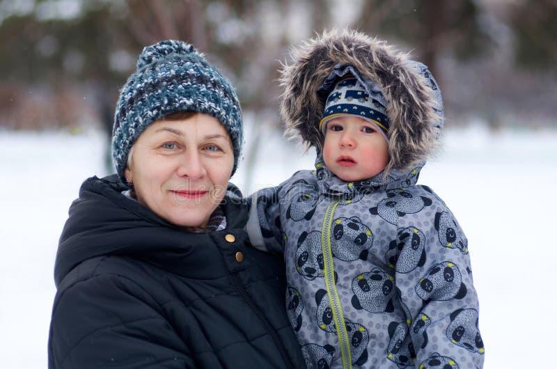 Zarte Großmutter mit dem netten Babyenkelkind im Freien stockfotografie