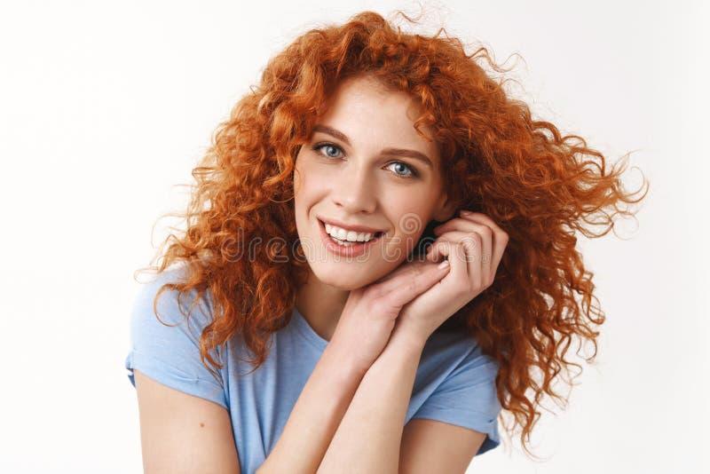 Zarte junge attraktive Rothaarigefrau der Nahaufnahme mit blauen Augen, lachendes sorgloses Händchenhalten nahe dem leicht anstar lizenzfreies stockbild