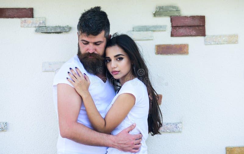 Zarte Umarmung Paare in der Liebe amüsieren sich romantisches Datum Paare im romantischen Datum der Liebe, das draußen helle Wand lizenzfreies stockfoto