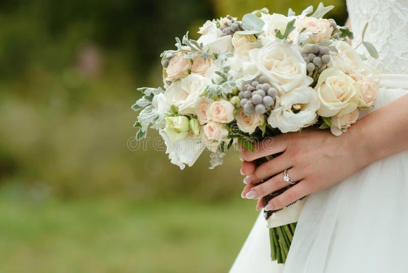 Zarter Hochzeitsblumenstrauß stockbild