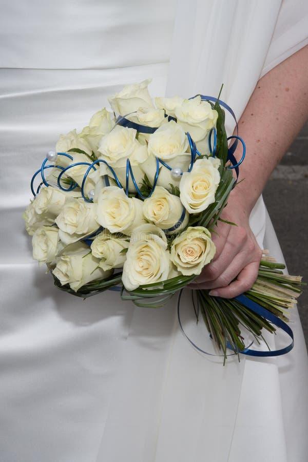 Zarter Hochzeitsblumenstrauß, Sahnerosen blüht in den Händen der Braut lizenzfreies stockbild