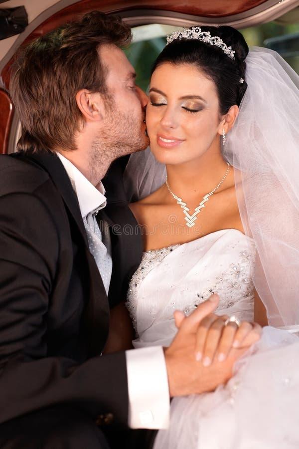 Zarter Kuss auf Hochzeit-tägigem stockfoto