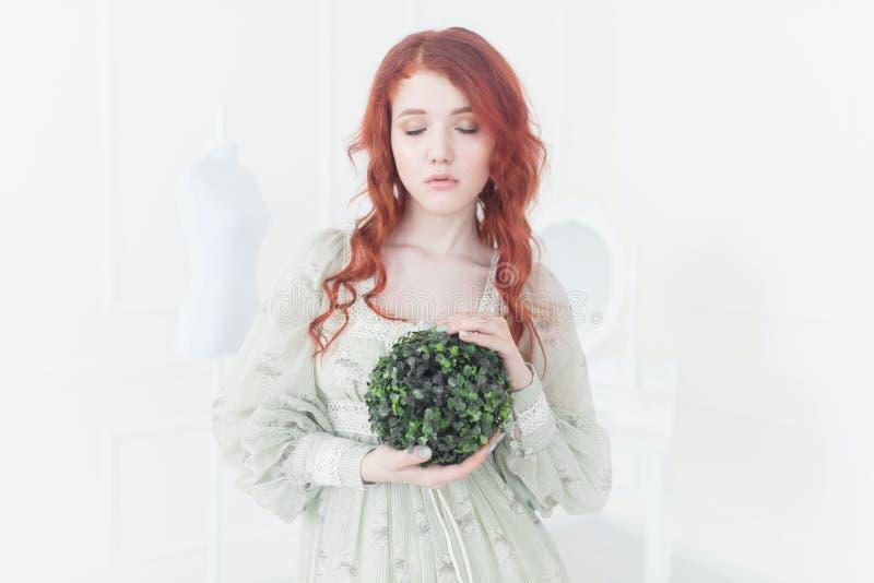 Zartes Retro- Porträt einer jungen schönen träumerischen Rothaarigefrau stockfotografie