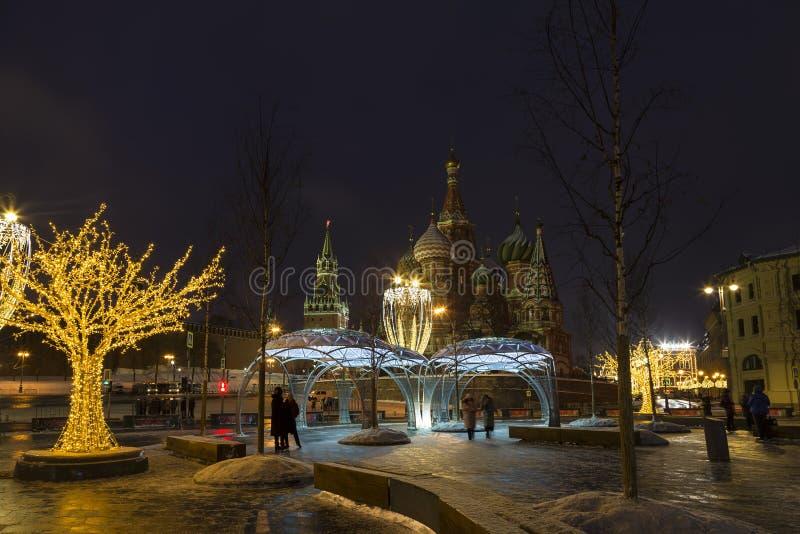 Zaryadye公园在莫斯科在新年和圣诞节假日期间在清早,莫斯科 库存照片