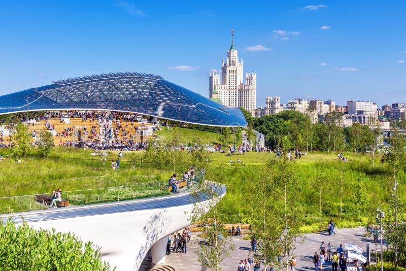 Zaryadye parkerar att förbise den moderna amfiteatern, Moskva royaltyfri bild
