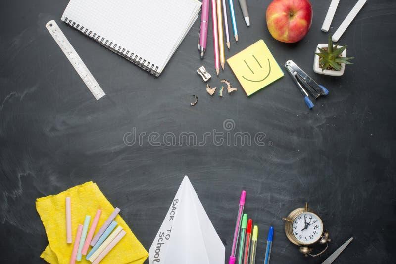 Zarząd szkoły z rękojeściami, kreda, budzik na zarządzie szkołym Z przestrzenią dla pisać lub reklamować zdjęcie royalty free