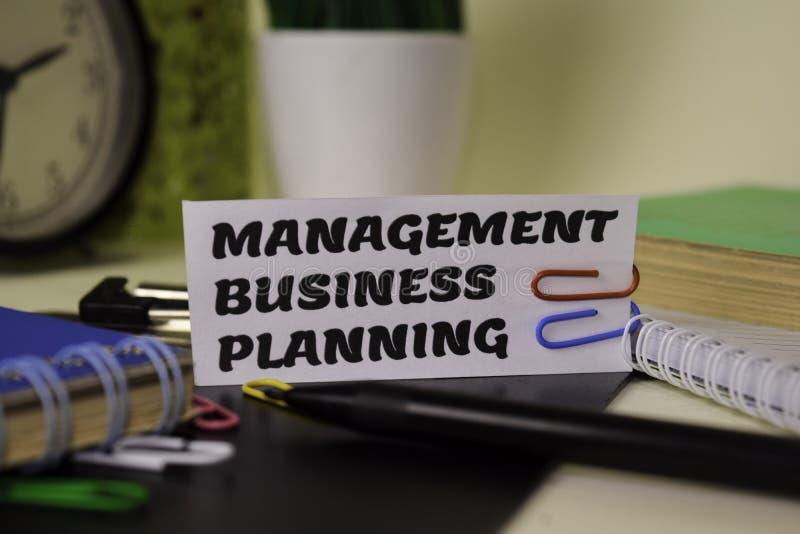 Zarządzania Biznesowy planowanie na papierze odizolowywającym na nim biurko Biznesu i inspiracji poj?cie fotografia royalty free