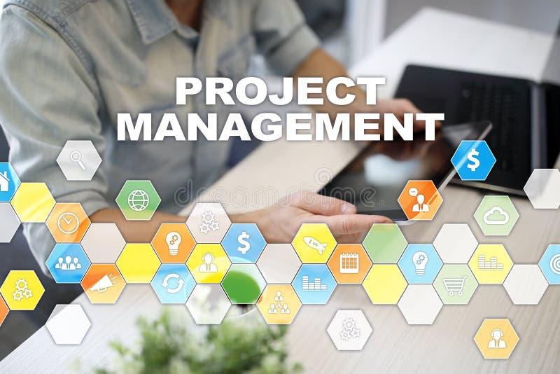 Zarządzania projektem pojęcie, czas, działy zasobów ludzkich, ryzyko, ilość i komunikacja z ikonami na wirtualnym ekranie, zdjęcie stock
