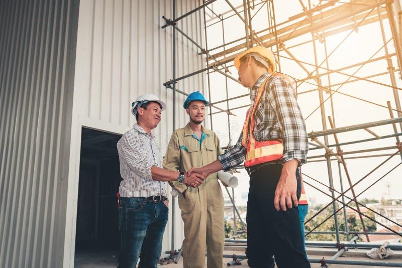 Zarządzanie projektem drużyna inżynier i architekt jesteśmy uściskiem dłoni zdjęcie royalty free