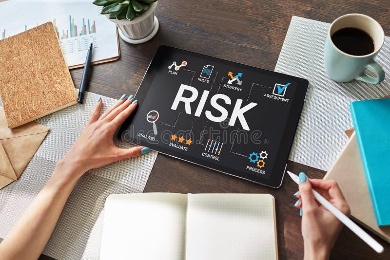 Zarz?dzanie ryzykiem biznes i technologii poj?cie na wirtualnym ekranie zdjęcie stock