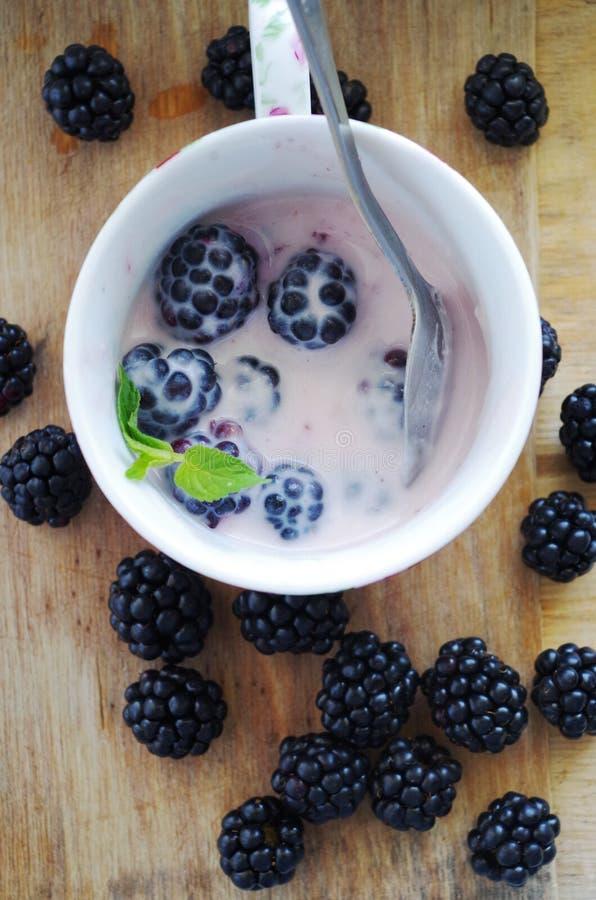 Zarzamoras y yogur frescos imagenes de archivo