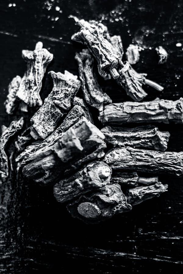 Zarzaparrilla india o Nannari en superficie de madera imagenes de archivo