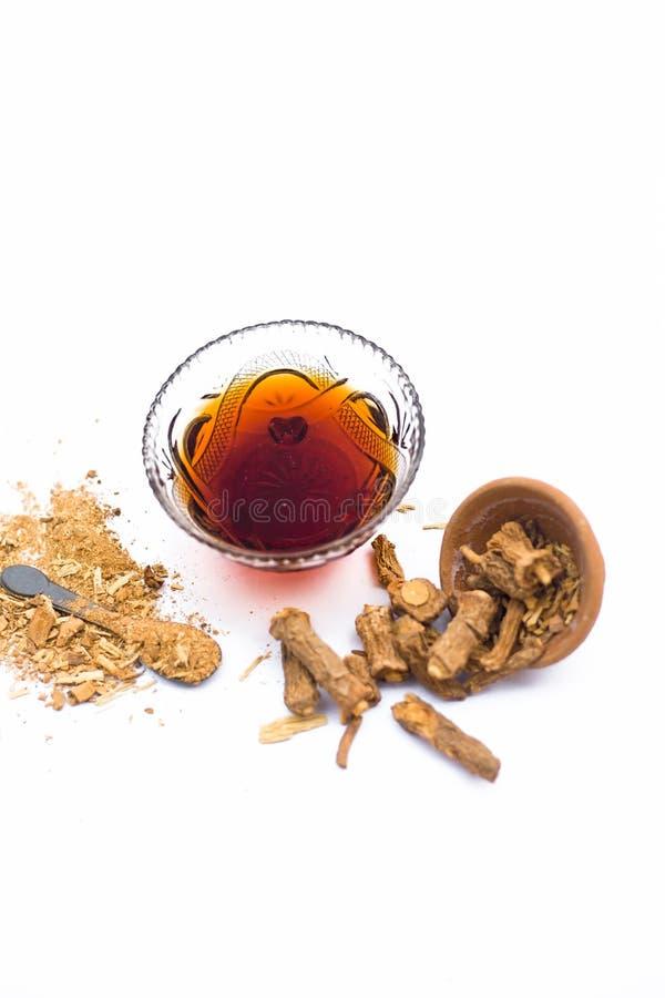 Zarzaparrilla o indicus de Hemidesmus o nannari o annatmol indio secado con su jarabe y polvo usados en indio mant fotos de archivo libres de regalías