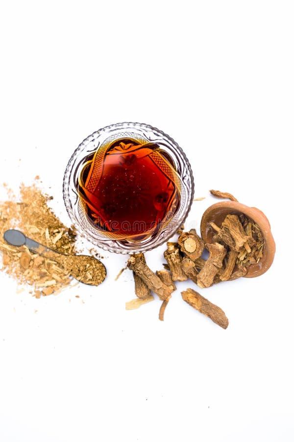 Zarzaparrilla o indicus de Hemidesmus o nannari o annatmol indio secado con su jarabe y polvo usados en indio mant imagenes de archivo