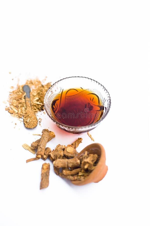 Zarzaparrilla o indicus de Hemidesmus o nannari o annatmol indio secado con su jarabe y polvo usados en indio mant imagen de archivo