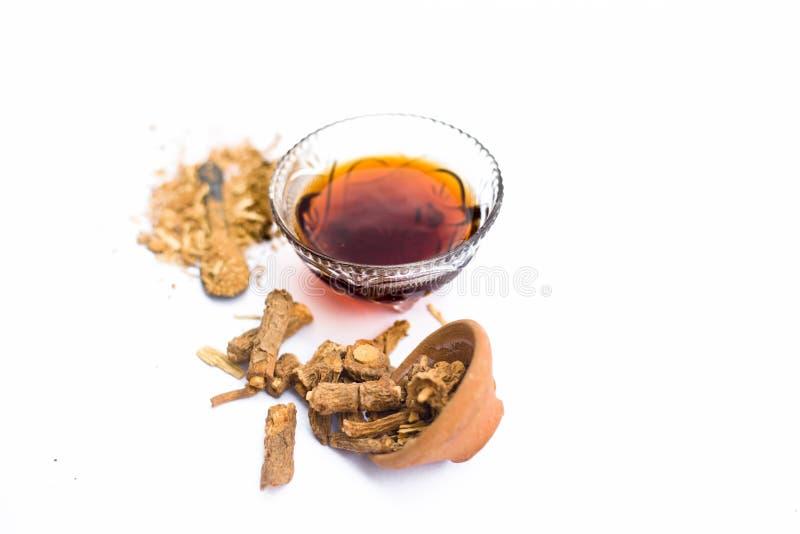 Zarzaparrilla o indicus de Hemidesmus o nannari o annatmol indio secado con su jarabe y polvo usados en indio mant imágenes de archivo libres de regalías