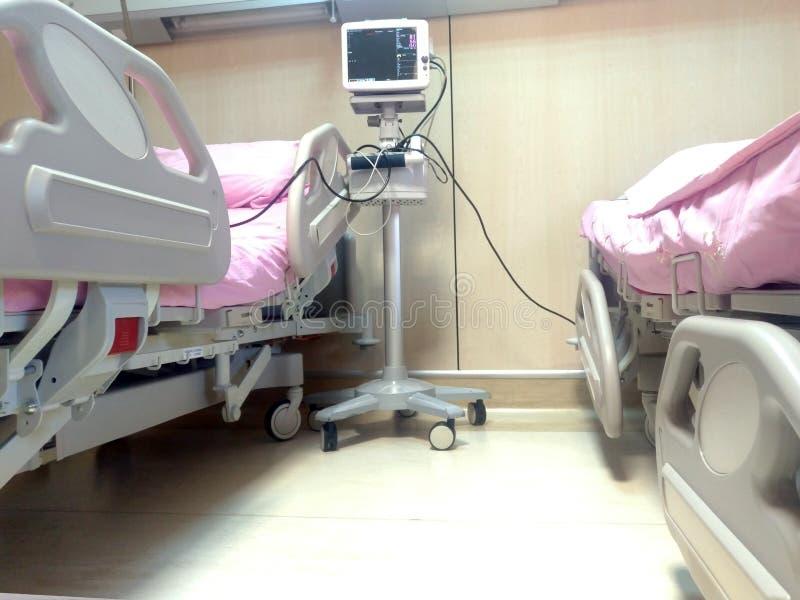 Zasadniczy znaki monitoruje pokazu w ICU pokazuje tętno, puls i ciśnienie krwi, Z ECG nowo?ytny medyczny monitor zdjęcia royalty free