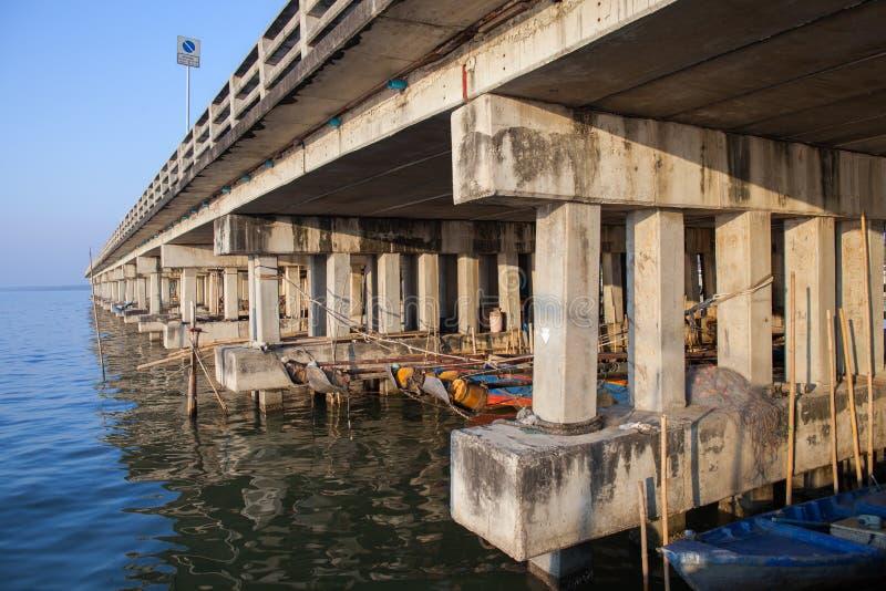 Zasadzony formalnie cementu most przez morze obrazy stock