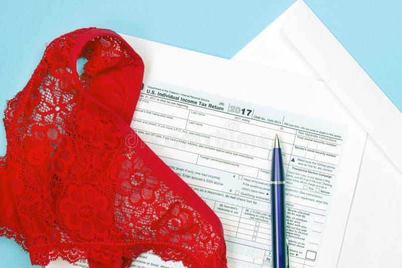 Zasięrzutna fotografia czerwieni spodnia, paski, pusta IRS podatku forma 1040 i pióro, Całkowity podatku pojęcie, bankrut Pojęcie obraz royalty free
