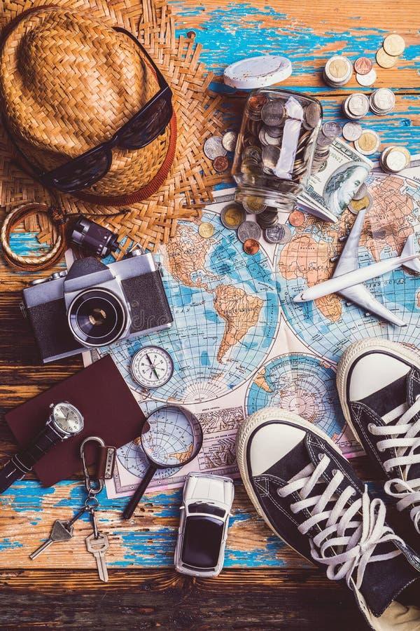 Zasięrzutny widok podróżnika ` s akcesoria, Istotne urlopowe rzeczy, podróży pojęcia tło zdjęcie royalty free