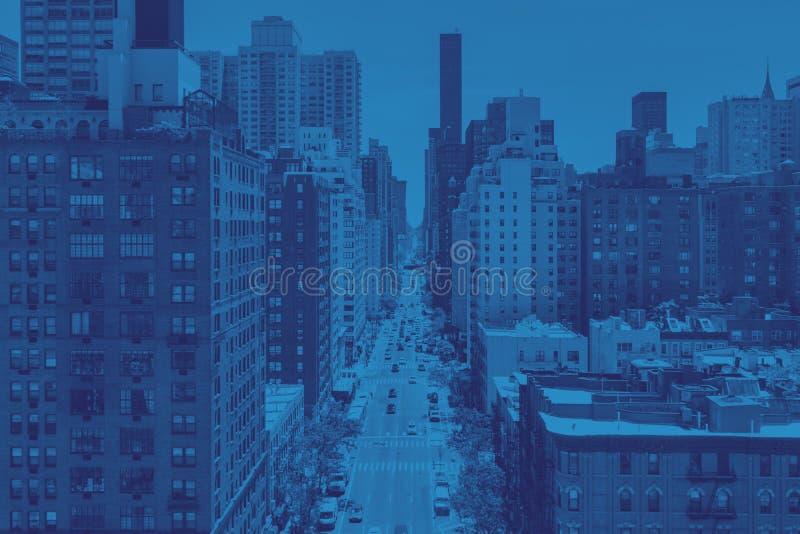 Zasięrzutny widok ruchliwie Manhattan uliczna scena w Miasto Nowy Jork w błękicie zdjęcia royalty free