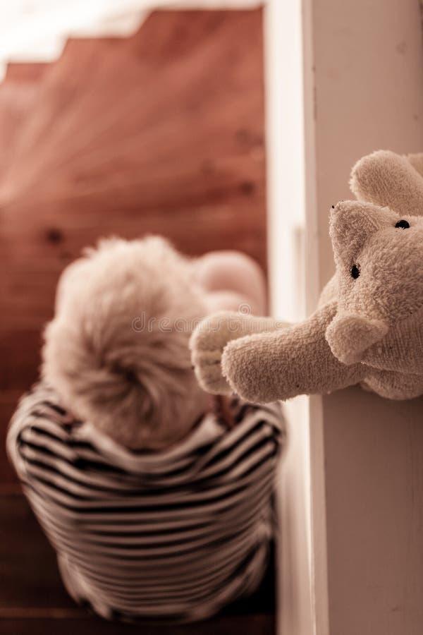 Zasięrzutny widok sadzający na schodkach blond dziecko zdjęcie stock