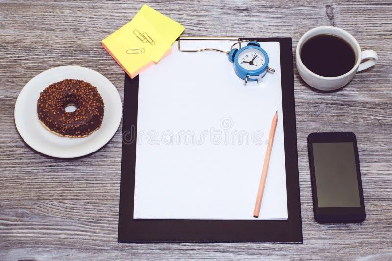 Zasięrzutny widok studencki ` s, pracownika ` s miejsce pracy Biurowy accessori obrazy royalty free