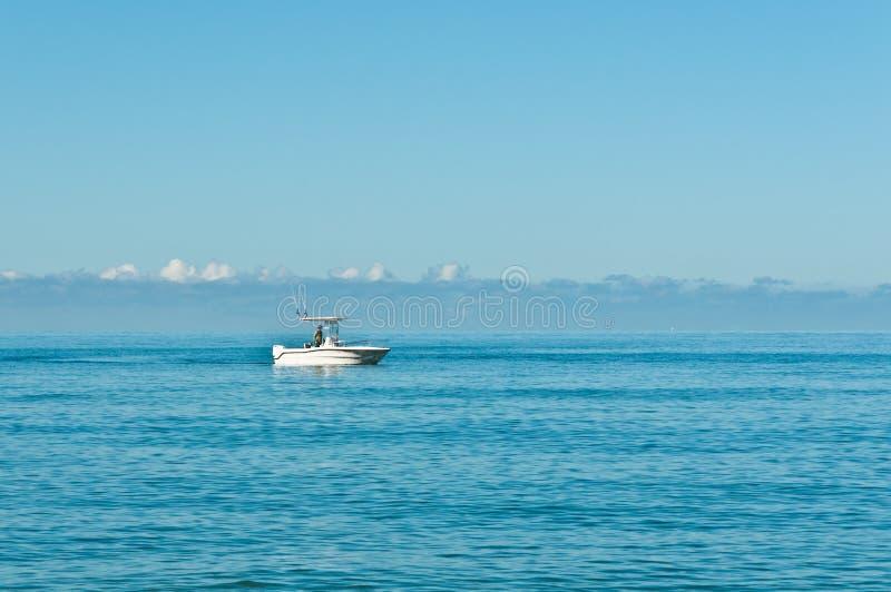 Zasila łódź, trolling w zatoce meksykańskiej z męskim połowem i sterowaniem fotografia royalty free
