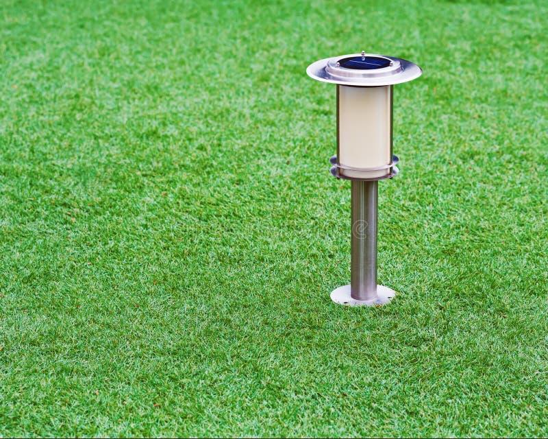 Zasilająca lampa na ogrodowym tle zdjęcie royalty free