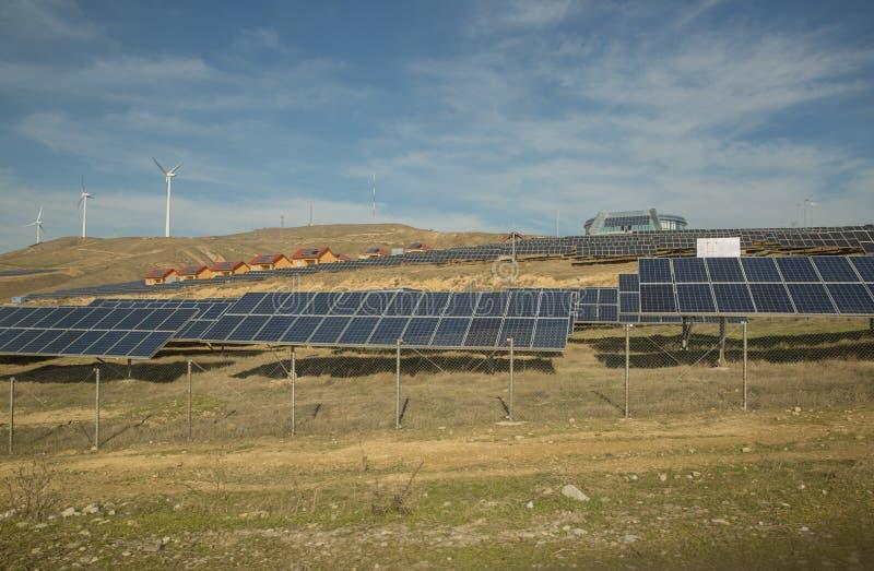Zasilający elektryczność system Panel słoneczny, photovoltaic, alternatywny elektryczności źródło, - pojęcie podtrzymywalni zasob zdjęcia stock